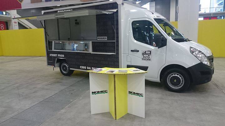 veicolo commerciale Renault con allestimento street food