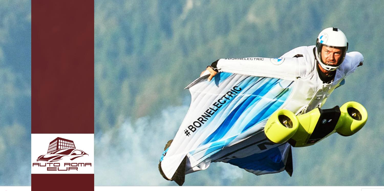 uomo che vola con tuta alare bmw con motore elettrico