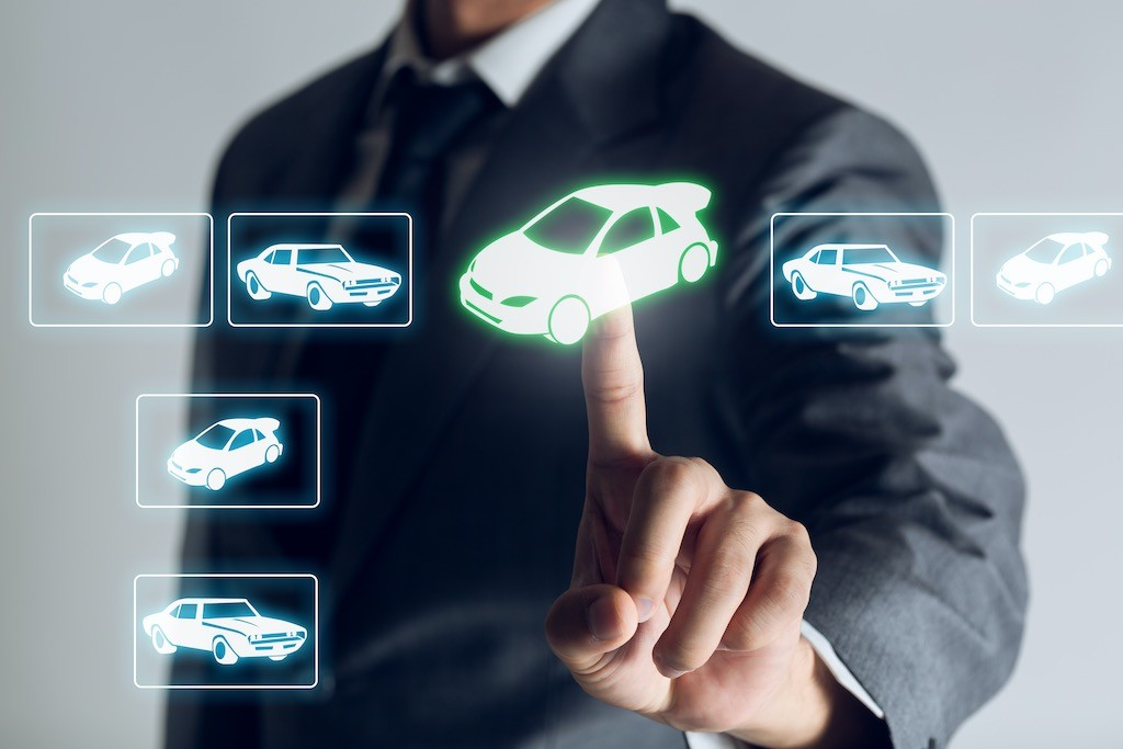 brokar businessman acquista la sua auto da un catalogo online